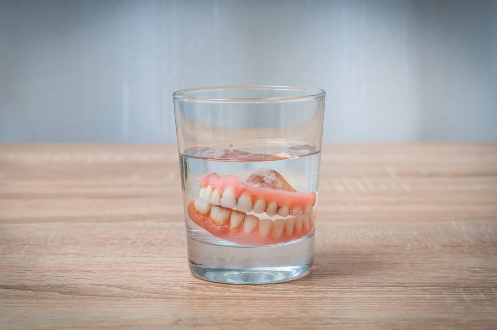 zuby-v-stakane